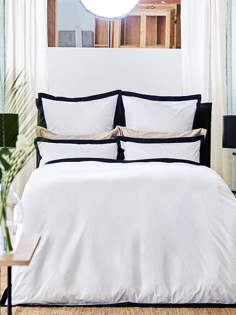 Schlafzimmer maritim mit weiß-blauer Bettwäsche für zwei