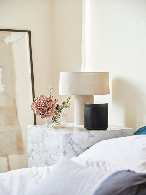 Pastellfarbene Lampe auf Nachttisch