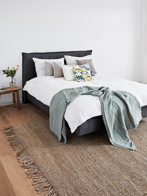 Schlafzimmer mit grauen Kissen auf dem Bett