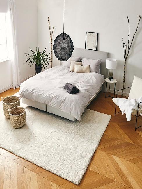 Schlafzimmer in Grau und Beige eingerichtet