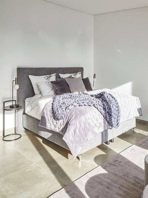Schlafzimmer mit grauem Chunky Knit