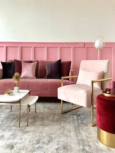 Wohnzimmer mit Altrosa Wandfarbe, Sofa, Pouf und Kissen ind Beerenfarben und Sesel in Hellrosa