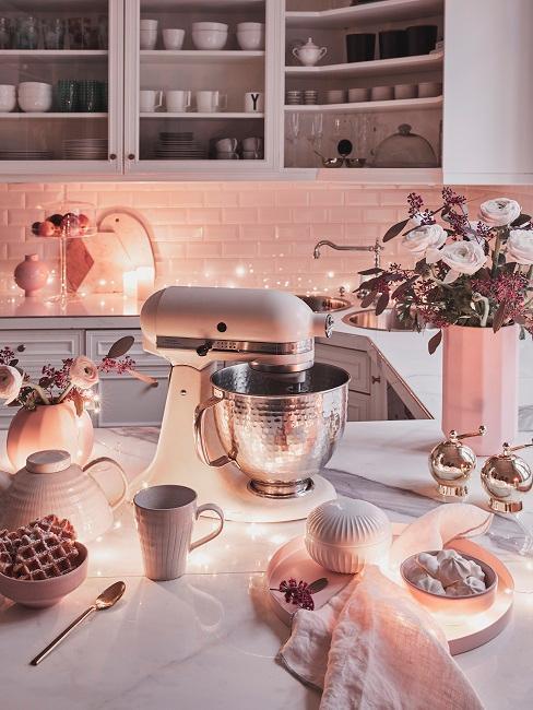 Küche in Rosa mit vielen Küchengeräten und Geschirr