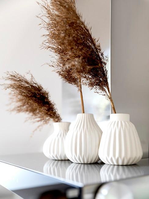 Getrocknetes Pampasgras in weißen Vasen