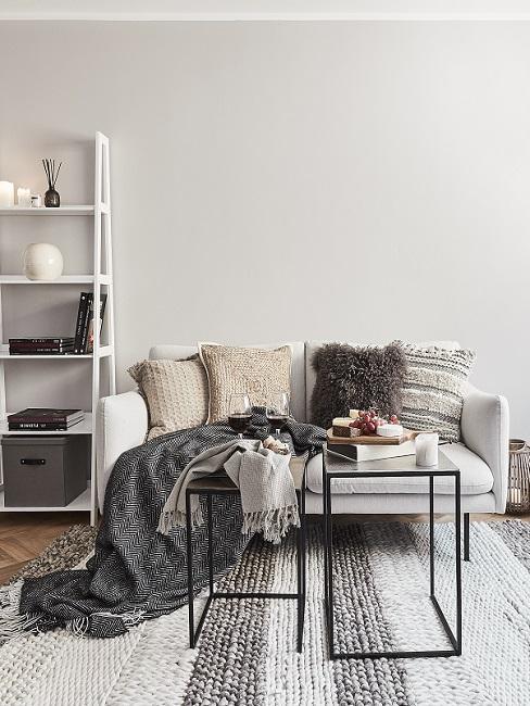 Wandfarbe Beige in Wohnzimmer mit grauen, schwarzen und weißen Möbeln und Textilien