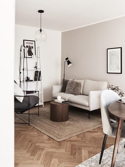 Wandfarbe Beige im Wohnzimmer mit braunen Möbeln und Kissen und einem Juteteppich