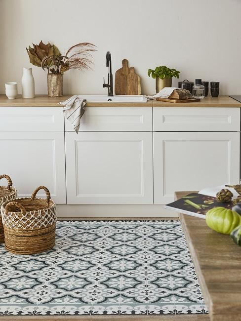 Helle Wandfarbe Sand in Küche mit weißer Küchenzeile und balu-grauen Fliesen