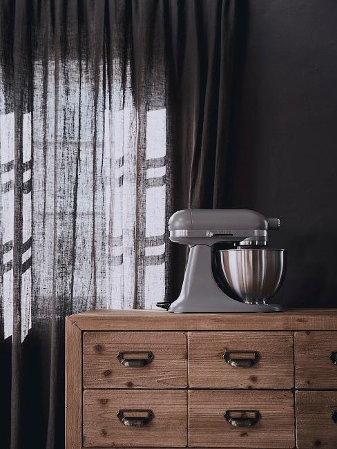 Dunkle Wandfarbe mit dunklem Vorhang und Sideboard aus Holz