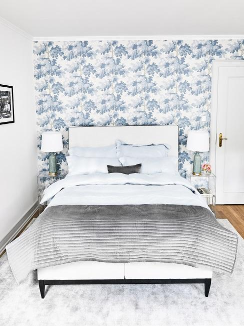 Schlafzimmer mit Blumen-Tapete