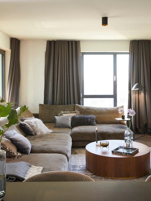 Ann-Kathrin Götze Wohnzimmer Sofa Couchtisch Greige