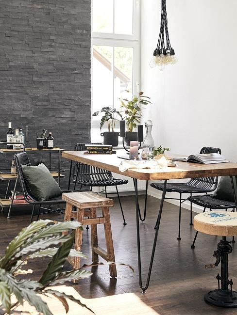 Rustikales Esszimmer im Industrial Design mit Holztisch und Metallstühlen