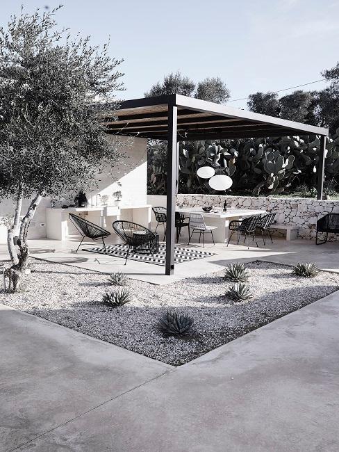Moderne Terrassengestaltung in Schwarz-Weiß