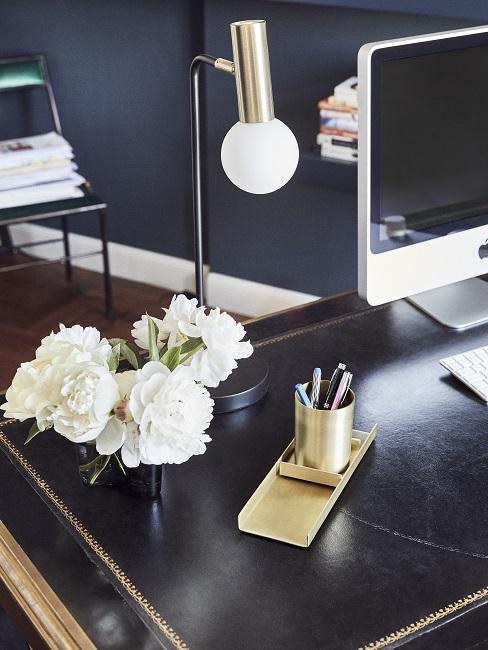 Schwarzer Bürotisch mit Blumen, Stiftehalter und Computer