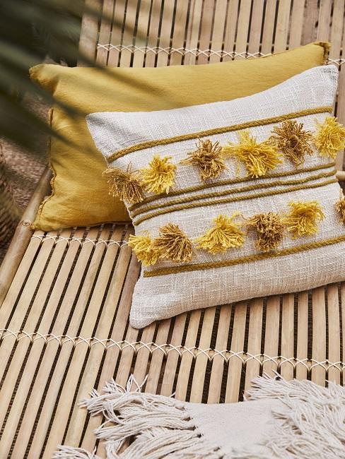 Gelbe Dekokissen au Sonnenliege