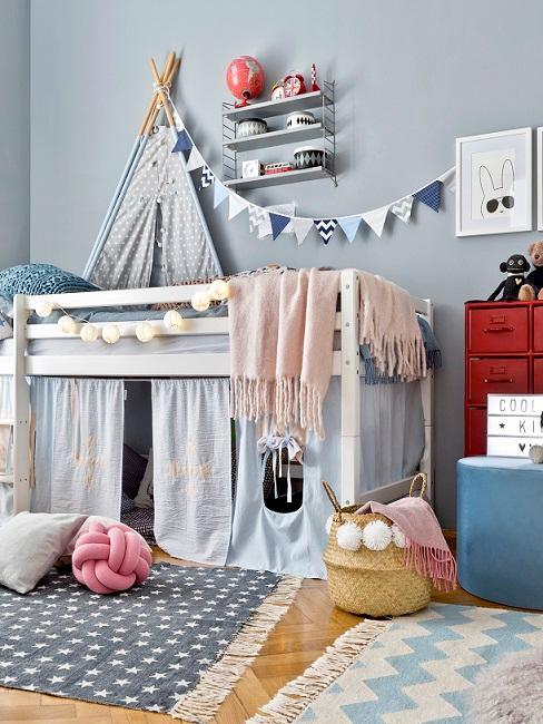 Jungen Kinderzimmer mit Hochbett, Spielzeug, Girlande