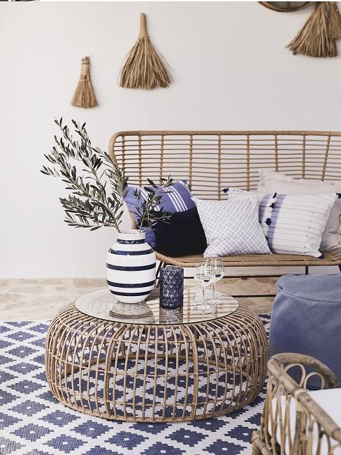 Balkon Design im maritimen Stil mit blau-weißen Kissen, Teppich und Möbeln aus Rattan