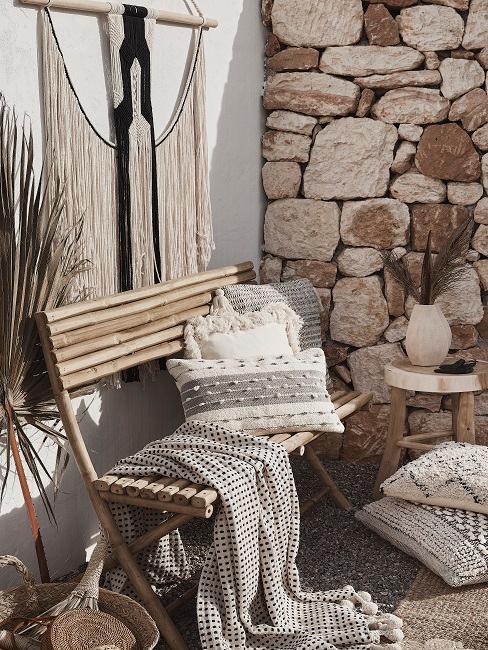 Balkon Design im Boho Stil mit Sitzbank, Kissen, Decke und Wandschmuck