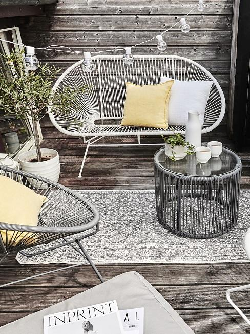 Balkon Sofa aus Rattan mit Kissen und Teppich