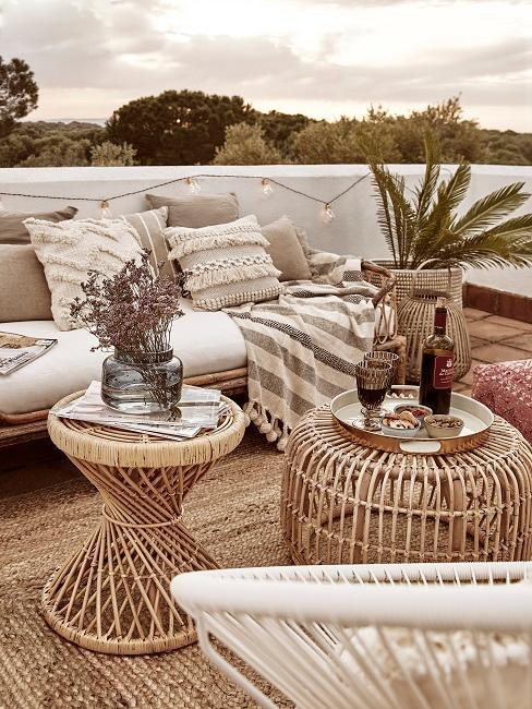 Boho Möbelstücker auf einer Dachterrasse