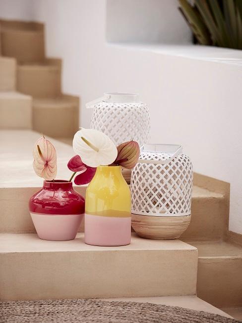 bunte Vasen und Windlichter