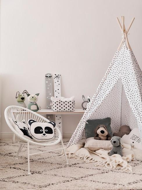 Kleines Kinderzimmer mit Tipi, Teppich, Stuhl und Kuscheltiere