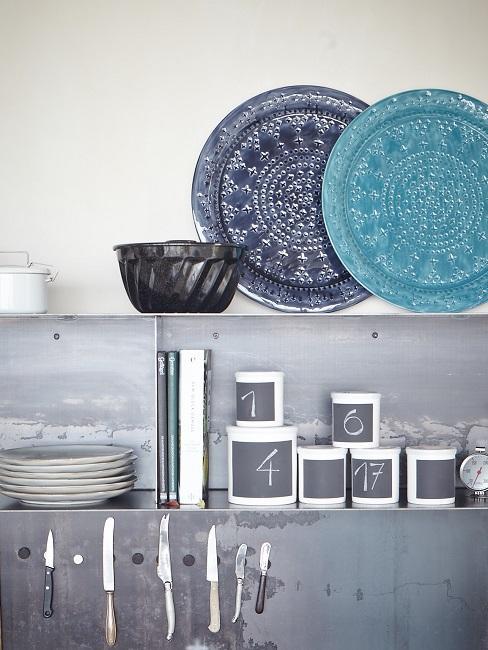 Blaues, graues und weißes Geschirr in Regal