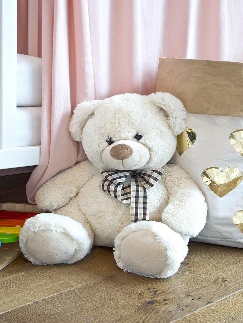 Weißer Teddybär auf dem Boden