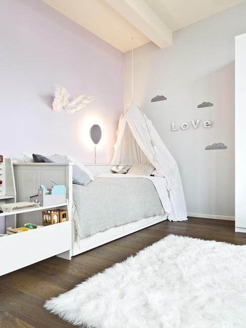 Schönes Kinderzimmer in Grau-Weiß mit flauschigem teppich, Baldachin und Wandleuchte
