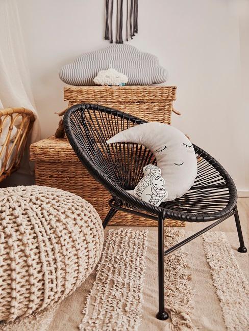 Kleiner Acapulco Chair in Schwarz mit Mondkissen neben Strick-Pouf