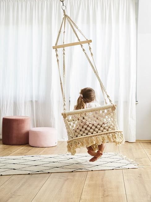 Hängesessel mit Kind in Kinderzimmer