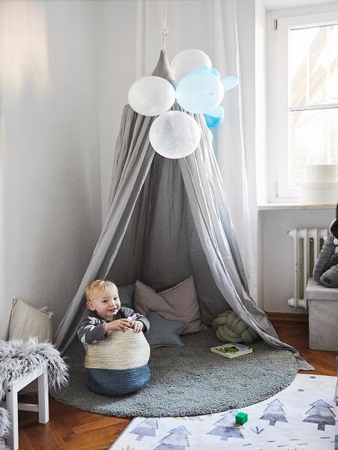 Baby sitz in Kuschelecke im Kinderzimmer mit grauem Baldachin