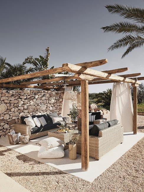 Große Terrasse mit Holzbalken