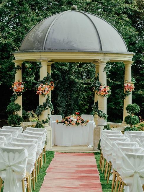 Blumengirlanden um die Säulen am Trauungsbogen