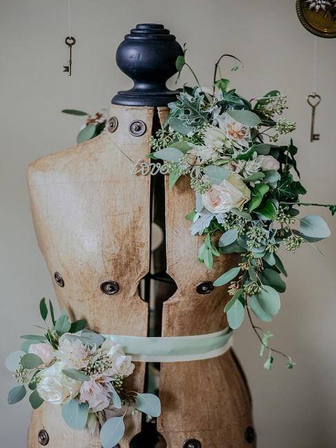 Blumendeko auf Schneiderpuppe