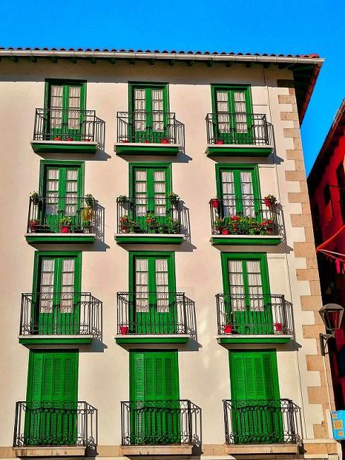 Französische Balkone mit grünen Türen