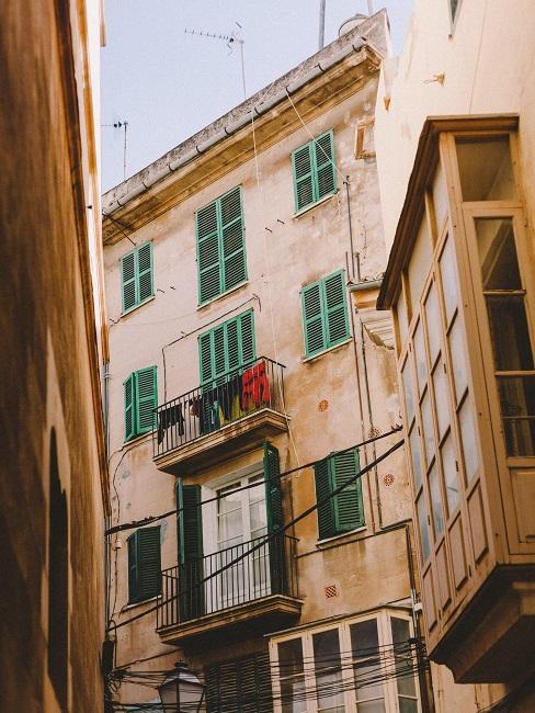 Kleidung am französischem Balkon