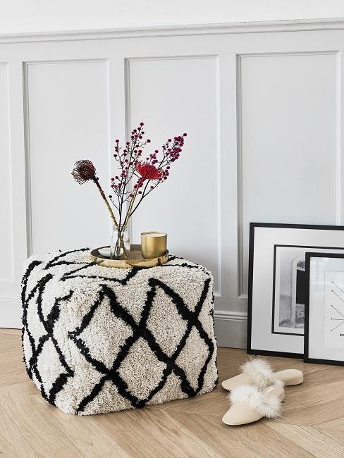 Kunsblumen Deko auf Sitzpouf