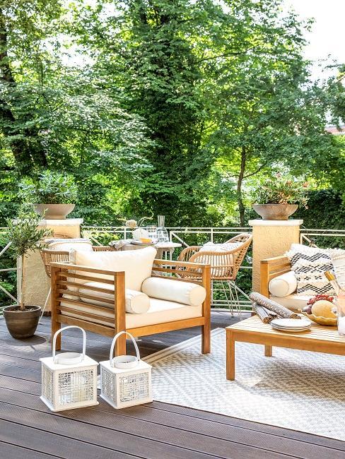 Holzmöbel auf einer Terrasse