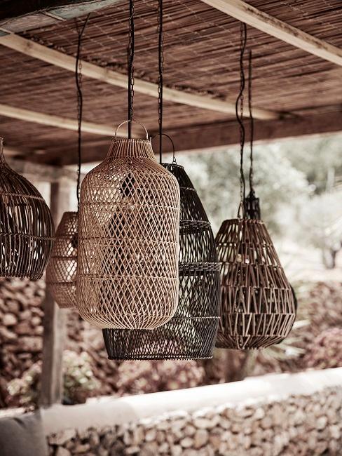 Sommerdeko aus Holz Lampen an der Decke