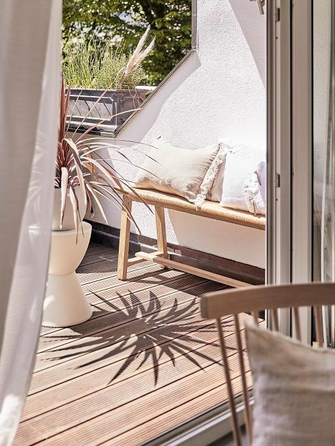 Holzbänke als Deko im Sommer auf der Terrasse
