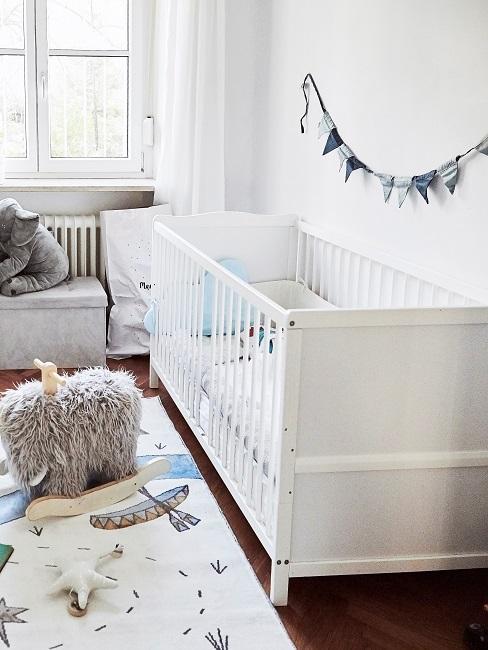 Babyzimmer eines Jungen in Weiß und Blau eingerichtet