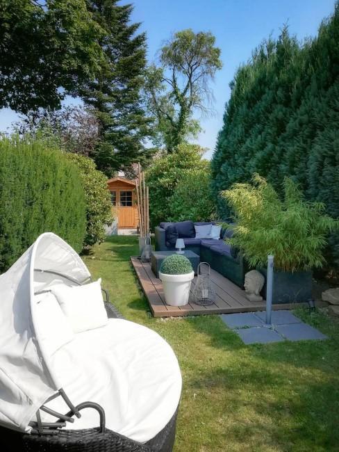 kleiner Garten mit Sitzlounge und Häuschen