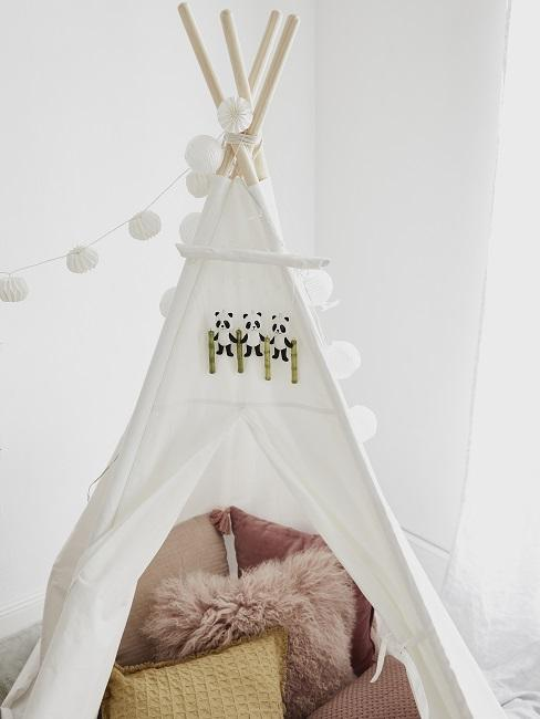 Weißes Tipi mit Lichterkette und rosafarbenen Kissen
