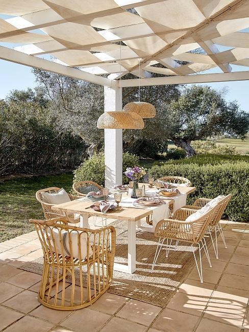 Outdoor-Essbereich mit Lamellendach und Hängeleuchten