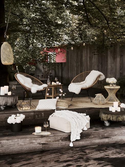 Terrasse mit Acapulco Stühlen, Lammfellen, Decken und Kerzen