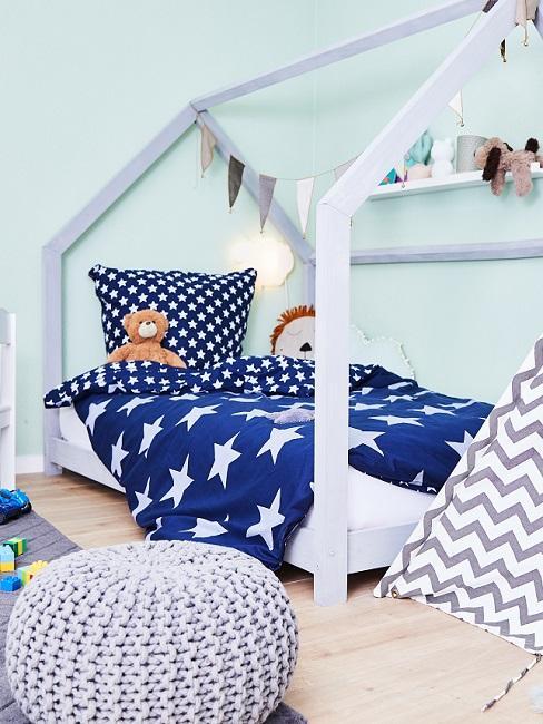 Grüne Wände im Kinderzimmer mit Hausbett und blauer Bettwäsche