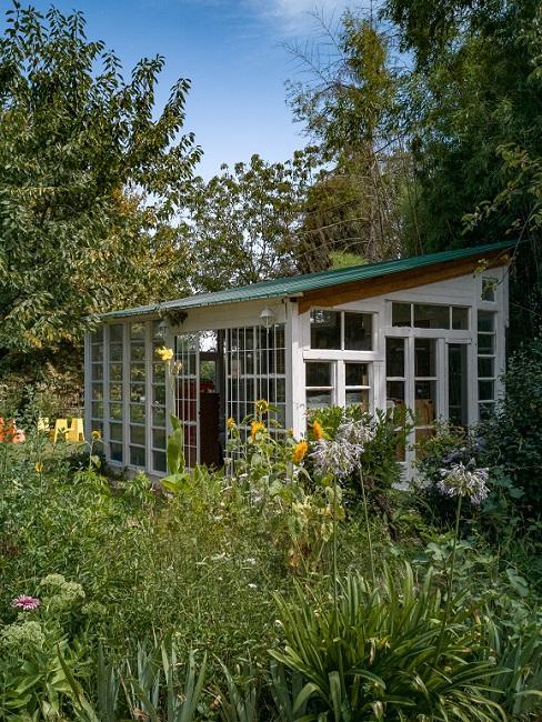 Gartenhaus mit vielen Fenstern