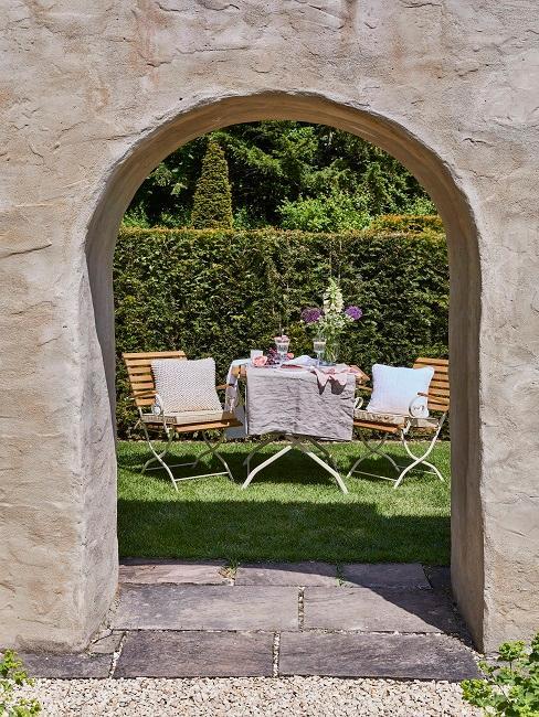 Wallerstein Gardens Tisch Deko Mauer Durchgang
