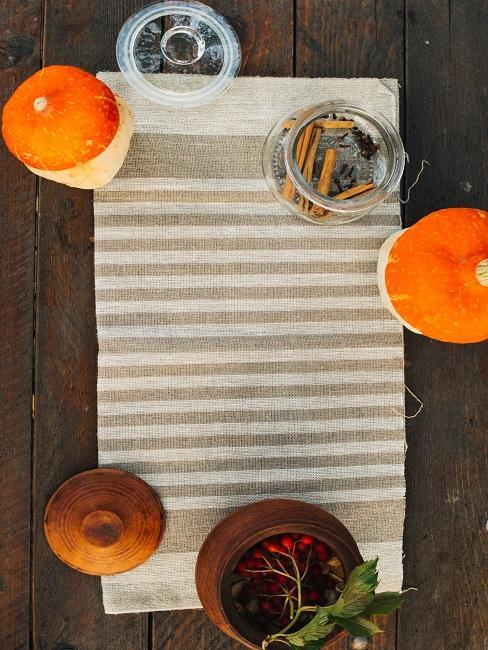 Herbstliche Tischdeko Zimt Beeren Tischdecke