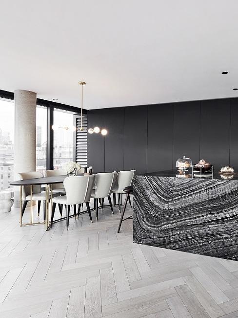 Moderne Wohnküche mit Küchenzeile aus Marmor